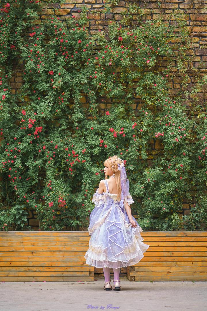 少女漫步在紫罗兰花园